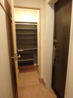 コートもかけられるシューズウォークインクローゼット付きで玄関もすっきり片付きます☆靴だけでなく少しかさばる荷物も収納できるのがポイント!