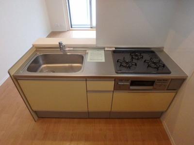 3口ガスコンロ/グリル付きシステムキッチンです☆窓があるので換気もOK♪場所を取るお鍋やお皿もすっきり収納できます♪