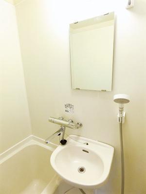 洋室6帖のお部屋にある収納スペースです!奥行きのある収納で、かさ張るお掃除用品などもすっきり収納できて便利!