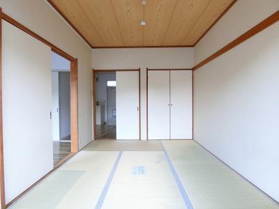 収納スペースある南向き和室6帖のお部屋です!寝具をすっきり収納できるので和室は寝室にもオススメ☆