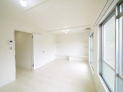 オールホワイトのリビングはどんな家具もなじみます