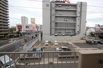 南側の眺望になります。左奥にはスーパーや洋服屋さんが見えていますね!暮らしやすい環境がわかりやすくなっていると思います♪