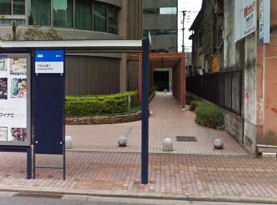 バス停目の前です。