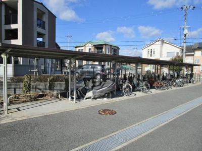 敷地内に屋根付き駐輪場有