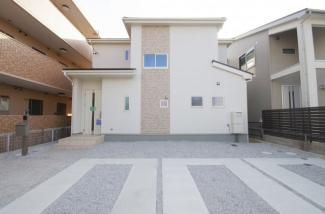 現地(2018年8月)撮影 堂々完成しました!敷地は広々67坪以上。駐車スペースは並列3台分を確保