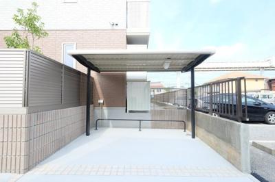広いスペースの屋根付き駐輪場♪