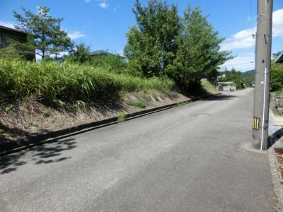 前面道路の幅員は側溝も含めると、6.7mあります。