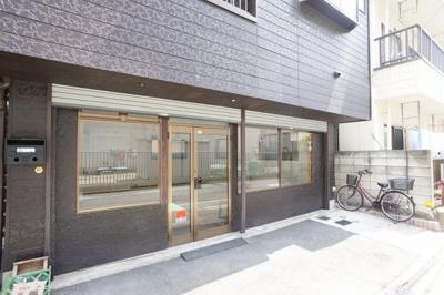 戸田公園駅からの徒歩圏内。前面には軽自動車が停められるスペースがあります。