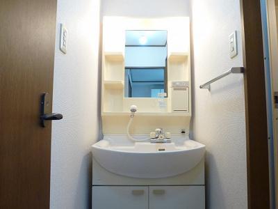 朝など便利な温水シャワー付洗面化粧台