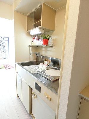 ミニ冷蔵庫付きのキッチンです☆場所を取るお鍋やお皿もすっきり収納できてお料理がはかどります!