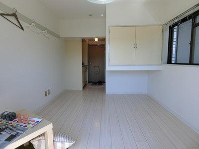収納スペースのある南向き洋室6帖のお部屋です!荷物を収納できてお部屋がすっきり片付きますね☆フローリング風のクッションフロアでお部屋が明るくお洒落に♪