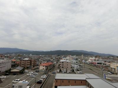 西側のバルコニーからの眺望です。こちらも高い建物がないので、見晴しがいいです!