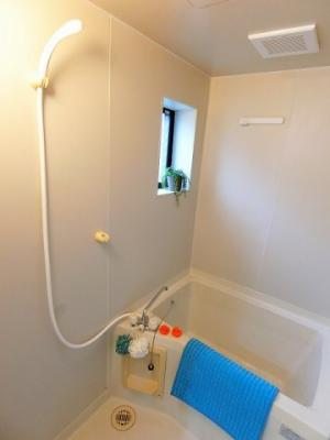 小窓があるので湿気がこもりにくい♪清潔感のある浴室です♪ゆったりお風呂に浸かって一日の疲れもリフレッシュできますね☆