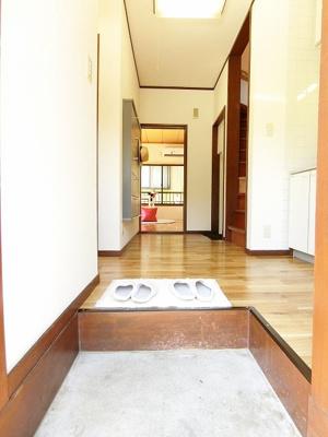 玄関から室内への景観です!右手には2階へ上がる階段と洗濯機置き場、キッチンの奥には洋室6帖のお部屋があります♪