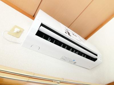 1階・洋室6帖のお部屋に暑い夏や寒い冬に大活躍のエアコン付きです☆冷暖房完備で1年中快適に過ごせます♪
