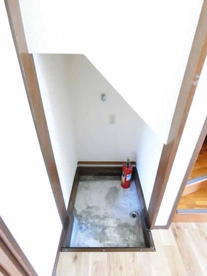 階段下にある洗濯機置き場です♪室内に置けるので洗濯機が傷みにくいのが嬉しいですよね☆