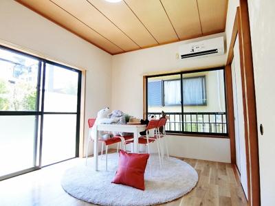 1階・専用庭に繋がる南向き角部屋二面採光洋室6帖のお部屋です☆二面採光のお部屋は陽当たりも風通しも良好♪エアコン付きで1年中快適に過ごせますね☆