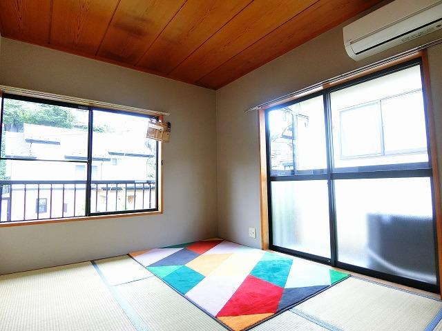 2階・バルコニーに繋がる南向き角部屋二面採光6帖の陽当たり・風通しの良い和室です!冬場はコタツでほっこり♪夏は意外と涼しくて使い勝手がいいんですよ♪