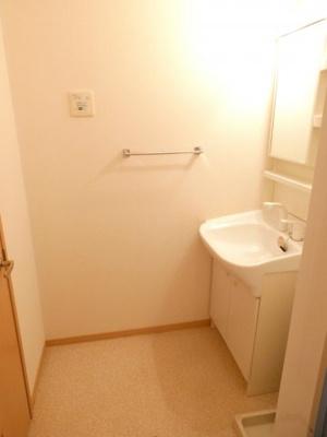 脱衣室。洗面台の横が洗濯機置場になります。