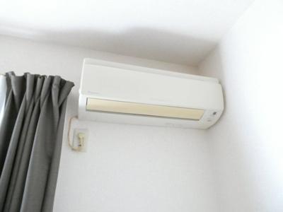暑い日や寒い日に欠かせないエアコン付きです。