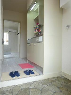 玄関から室内への景観です!右手に洗濯機置場があり、キッチンを抜けると洋室7帖のお部屋があります☆