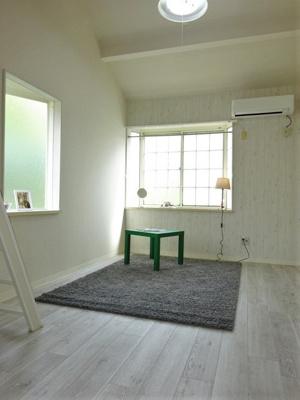 南向き角部屋二面採光洋室7帖のお部屋です!エアコン付きで1年中快適に過ごせますね☆出窓があるのでインテリアを飾って楽しむこともできます♪