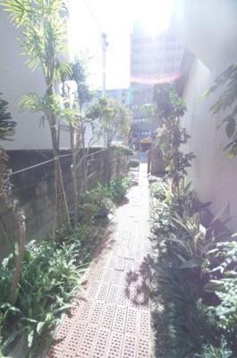 那の川戸建Ⅱ(1-2階) 植物がお出迎え