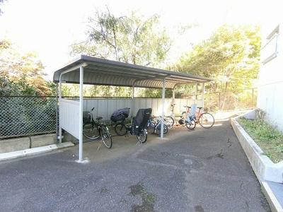 屋根付きの駐輪場で雨が降っても大切な自転車が濡れなくてすみます♪荷物が重いときに自転車があれば助かりますね☆