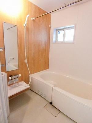 人気のシャワートイレ・バストイレ別です♪トイレットペーパーなどの小物を置ける棚付きです♪