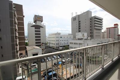 繁華街に近いマンションになりますので、高い建物も多いのですが、その間になんと淀川が見えるんですよ♪水が見えると少し心が落ち着きますよね♪