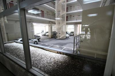 エントランスを抜けると、ガラス越しに見える駐車場。現在、空きスペースはございませんが、車の盗難にも安心できそうですね☆