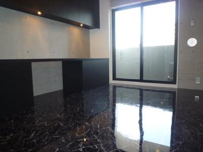 洋室7.1帖と広め 大理石調の床材を使用 高級感のあるお部屋です♪