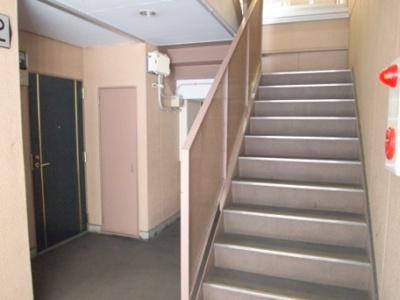 お部屋までは中階段をのぼります
