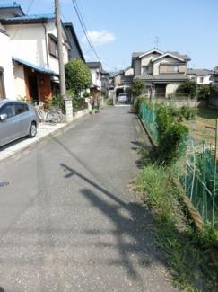 前面道路の写真です。突き当り左側が物件です。