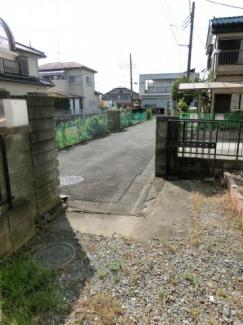 駐車スペースから前面道路を撮影した写真です。