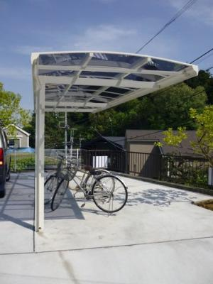 屋根付きの駐輪場で雨が降っても大切な自転車が濡れなくてすみますね♪自転車があれば通勤・通学、お買い物にも便利です♪