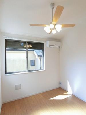 南西向き二面採光洋室5.4帖のお部屋です!エアコンがあるので1年中快適に過ごせますね☆