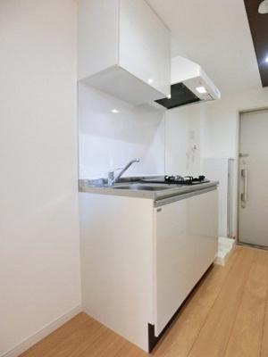 2口ガスコンロ付きのキッチンです!場所を取るお鍋やお皿もたっぷり収納できてお料理がはかどります!