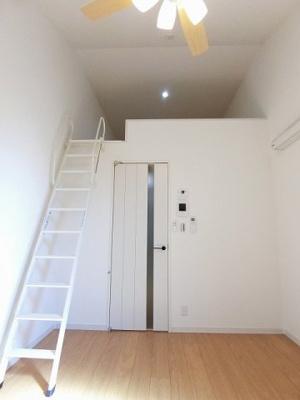 ロフトスペースのある洋室5.4帖のお部屋です!フローリングなので毎日のお手入れもラクラクできちゃいます!