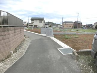北東側道路を逆側から撮影した写真です。右側が当該物件です。