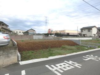 A区画を南西側道路から撮影した外観です。後ろにスーパー・ベルクが見えます。