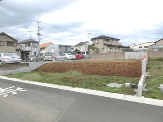 南西側道路から撮影した外観です。隣接している北西側の敷地は現在駐車場になっているようです。