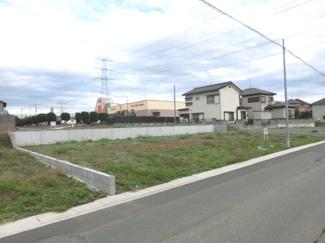 B区画を南西側道路から撮影した外観です。後ろにスーパー・ベルクが見えます。