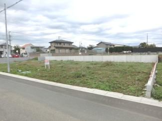 C区画を南西側道路から撮影した外観です。後ろにスーパー・ベルクが見えます。