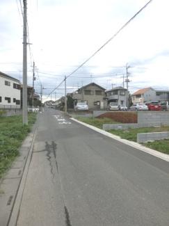 南西側道路を逆側から撮影した写真です。右側が当該物件です。