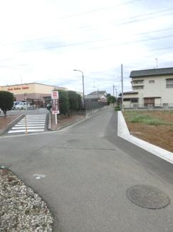 北東側道路の写真です。右側が当該物件です。左側の道は旧中仙道へアクセスできます。