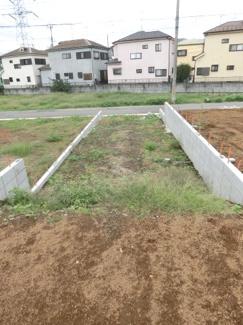 敷地内から路地状部分と南西側道路を撮影した写真です。