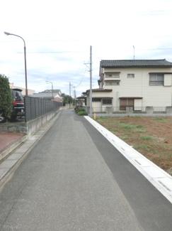 北東側道路の写真です。右側が当該物件です。
