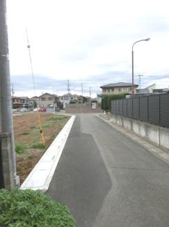 北東側道路の写真です。左側が当該物件です。