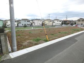 北東側道路から別の角度で撮影した外観です。